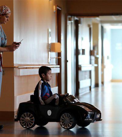 Crianças trocam cadeira de rodas por carrinhos de controle remoto em hospital dos EUA