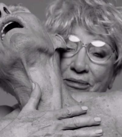 Fotógrafo recria anúncio sensual de perfume com casal de idosos