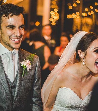 Cachorro deita no vestido da noiva durante casamento e ela tem a melhor reação