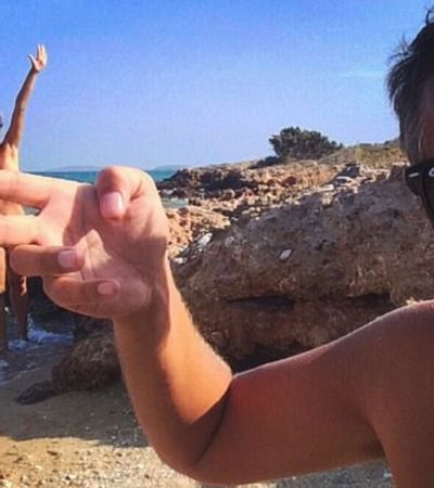 Casal de naturistas encontra maneira divertida de driblar censura e faz sucesso no Instagram
