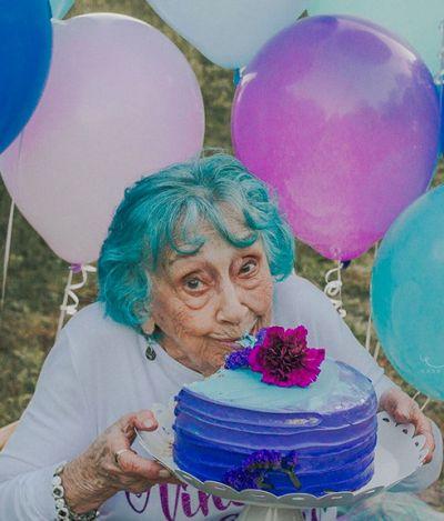 Ela comemorou 98 anos com este maravilhoso ensaio 'smash the cake'