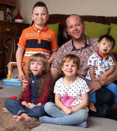 Ele é gay, solteiro e adotou 4 crianças nos EUA e todas têm alguma deficiência