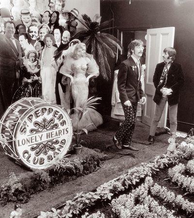 Aqui vai o raro making of em preto e branco dos Beatles na produção da capa de Sgt. Peppers