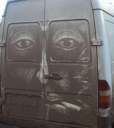 Artista russo transforma carros imundos em telas para criar suas obras