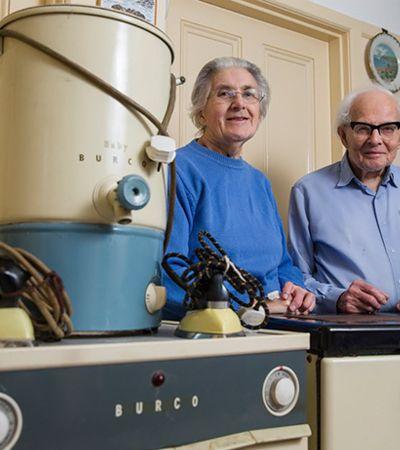 Este casal de idosos comprou seus eletrodomésticos há 60 anos e eles ainda funcionam