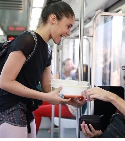 Bailarina brasileira que vendeu brigadeiro no trem para estudar nos EUA volta para agradecer ajuda