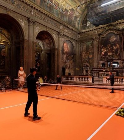 Instalaram uma quadra de tênis dentro de uma igreja italiana do século 16