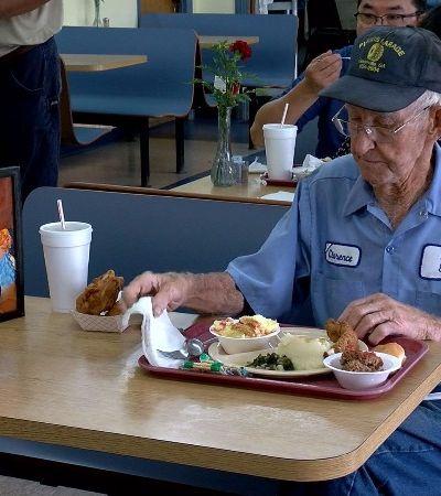 Após 65 anos casados, vovô viúvo leva retrato da esposa para o almoço todos os dias