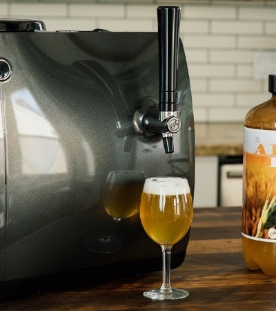 Esta microcervejeira produz cervejas artesanais com apenas um clique em um botão
