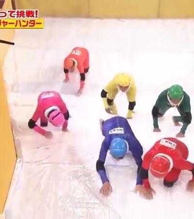 Esse quadro japonês com escadas escorregadias é a cara da TV brasileira
