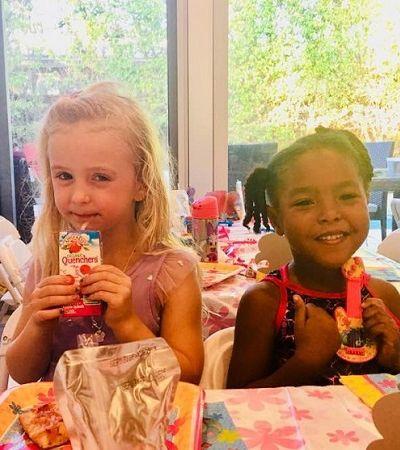 A maravilhosa amizade destas garotinhas que acreditam ser irmãs gêmeas