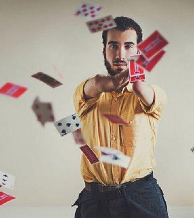Ilusionista com deficiência mostra que não é com as mãos que se faz mágicas