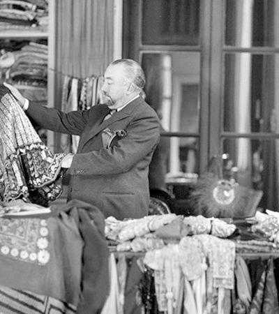 O 'rei da moda' dos anos 1920 libertou as mulheres do espartilho e morreu no ostracismo