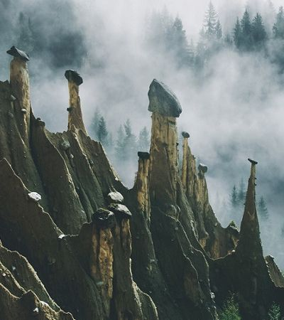 Fotógrafo daltônico registra 'outro mundo' das pirâmides de terra na Áustria