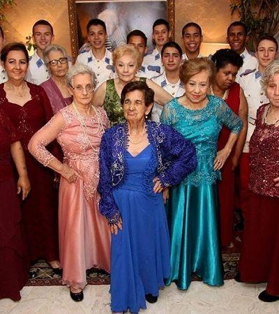 Estudantes visitam asilo, dançam valsa e fazem a festa de idosas