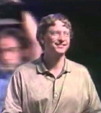 Bill Gates mostra todo seu rebolado ao som de 'Start Me Up' em vídeo do lançamento do Windows 95