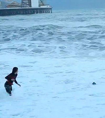 Mulher se arrisca no mar gelado da Inglaterra para salvar vida de seu cãozinho