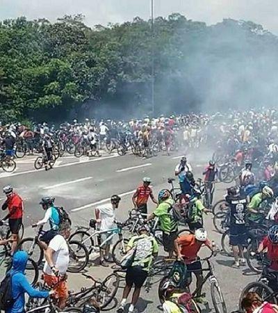 PM usa bomba de gás e 'caveirão' da Tropa de choque para impedir descida de ciclistas para Santos