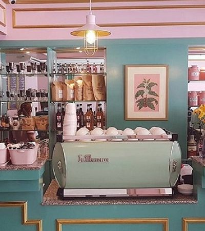 Este charmoso café parece ter saído diretamente do filme 'O Grande Hotel Budapeste', de Wes Anderson