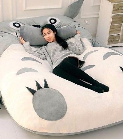 Nesta cama de chinchila à la Totoro você relaxa e se diverte ao mesmo tempo