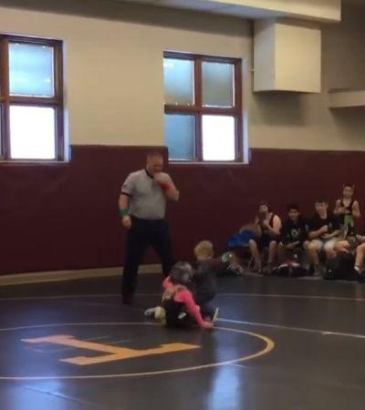 Menino de 2 anos invade luta de irmã mais velha por achar que ela estava apanhando