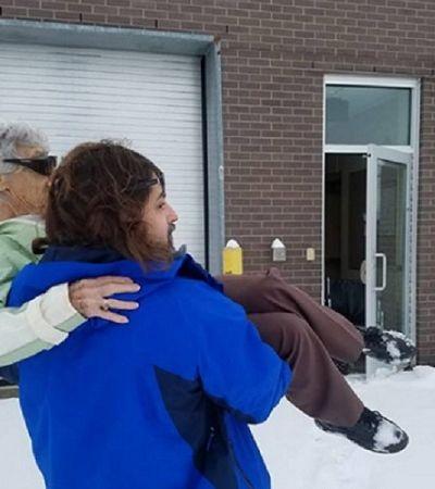 Médico abre consultório só para atender paciente idosa e ainda a carrega pela neve
