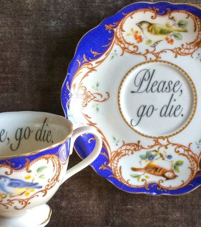 Estas xícaras delicadas com mensagens ofensivas são apenas perfeitas