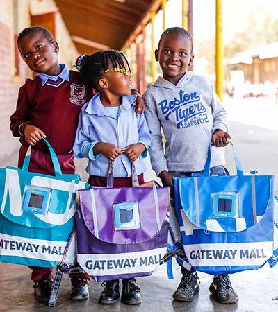 Mochila criada na África do Sul gera luz própria e ajuda crianças estudarem à noite
