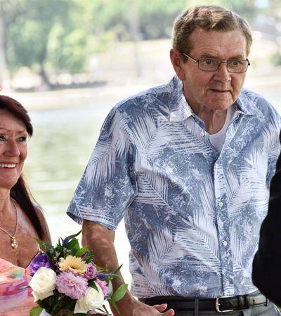Casados há 34 anos, homem com Alzheimer pede esposa novamente em casamento