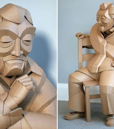 Artista faz esculturas de papelão dos moradores da vila onde moram seus avós