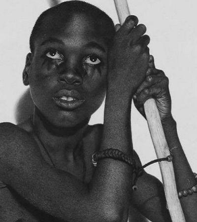 Os desenhos hiper-realistas feitos com carvão por esta artista nigeriana vão te arrepiar