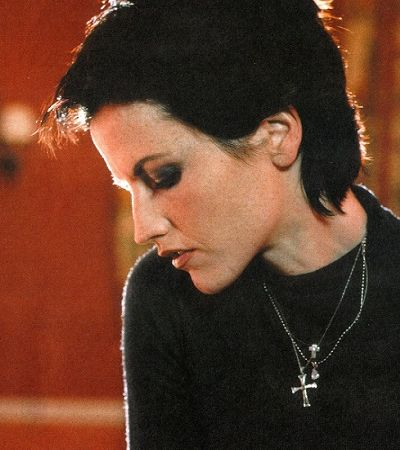 Abuso sexual e pensamentos suicidas: a conturbada vida de Dolores O'Riordan, líder do Cranberries