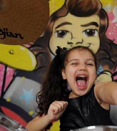Girl power! Dudinha, 8 anos, quebrando tudo na bateria com System Of A Down