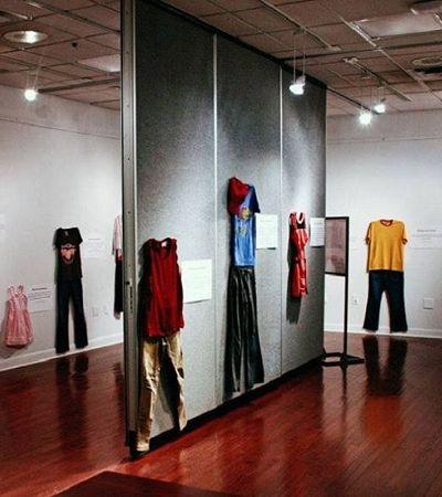Culpa da mulher? Exposição mostra roupas usadas por vítimas de estupro na hora do crime