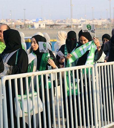 Mulheres assistem partida de futebol em estádio pela primeira vez na Arábia Saudita