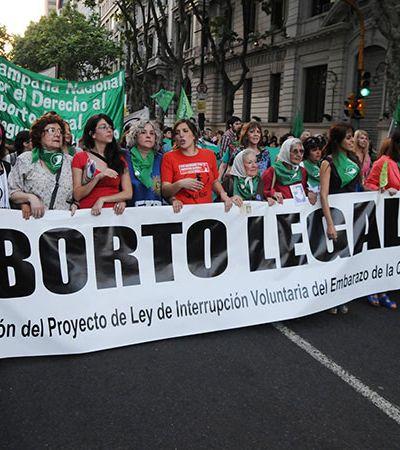 Na Argentina, discussão sobre aborto avança após manifestações de mulheres
