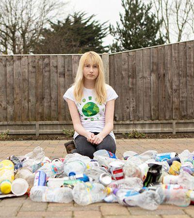 Desafiando o bullying, 'Garota do Lixo' recolhe sujeira entre sua casa e a escola