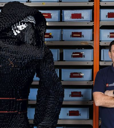 Profissão: Construtor de Lego. Ele ainda tem 35 milhões de peças para 'brincar'