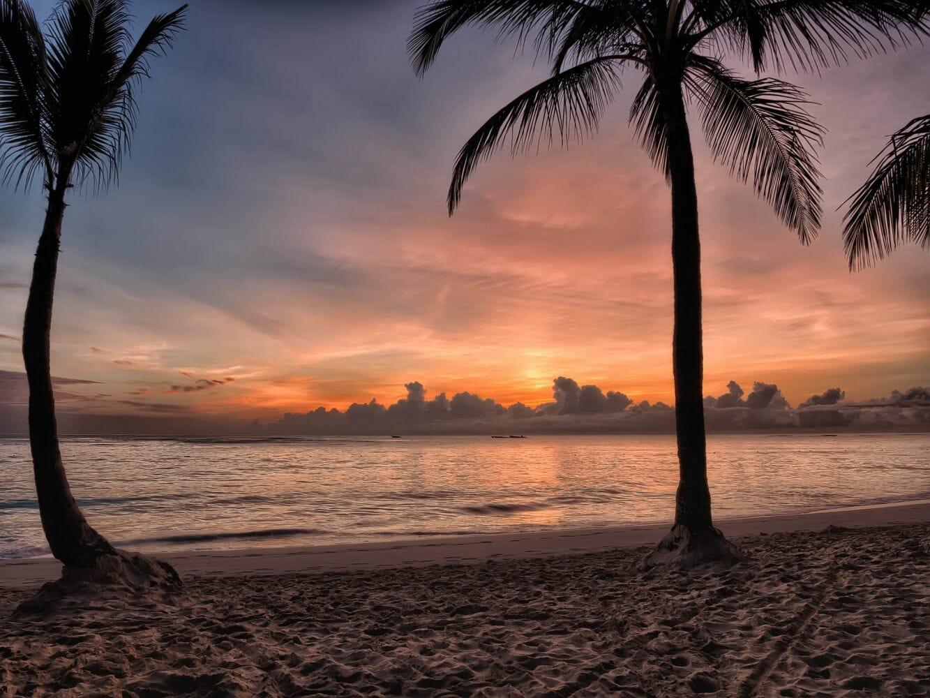 Praia calma com areias brancas