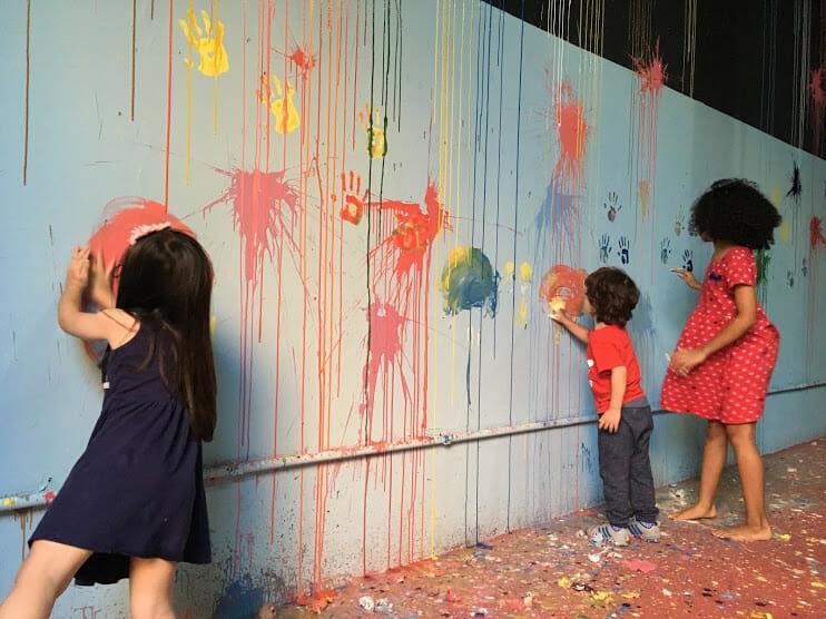 Crianças participam de oficina lúdica com tinta em ovos