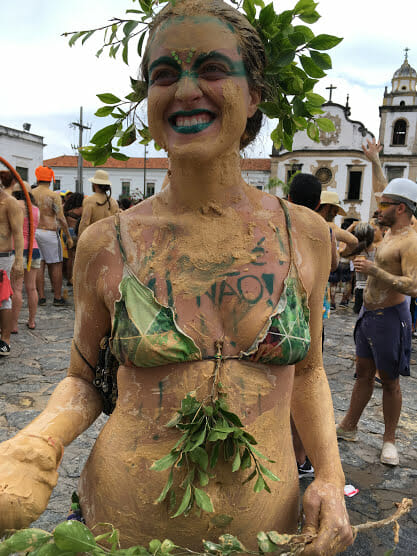 Foliões melam o corpo todo de lama