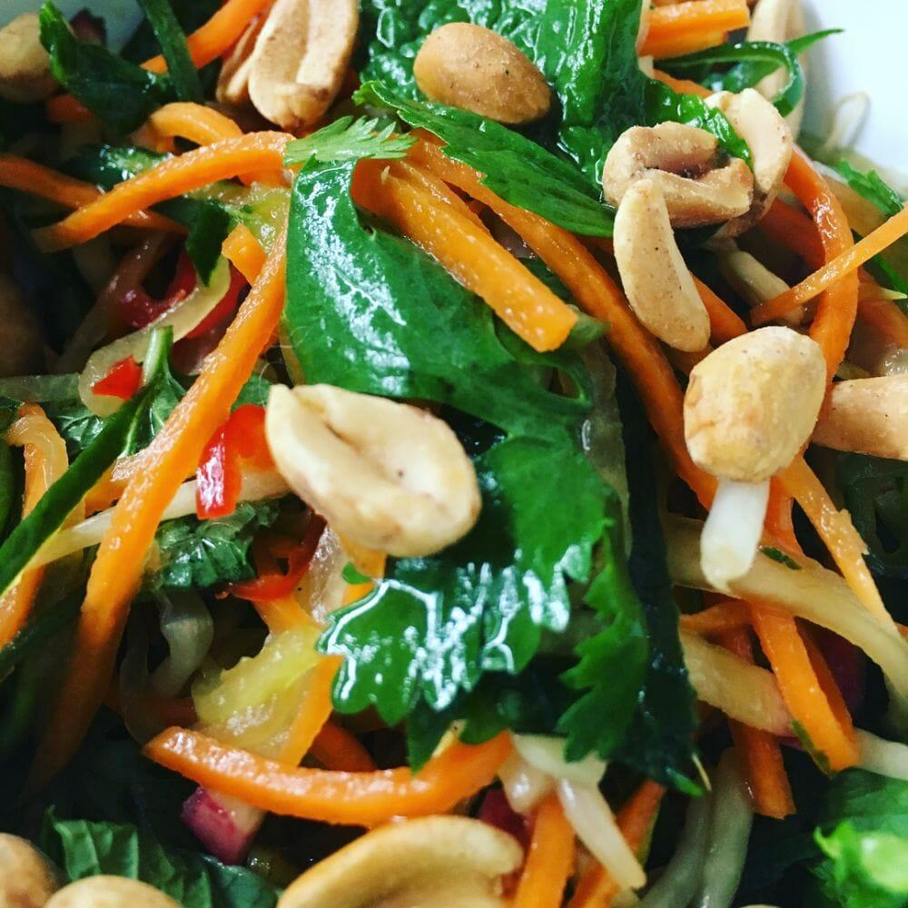 Saladinha saborosa com amendoim e molho oriental