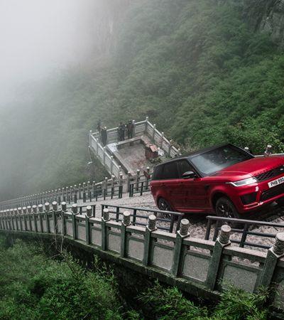 Range Rover bate recorde subindo 999 degraus da escadaria Porta do Céu, na China