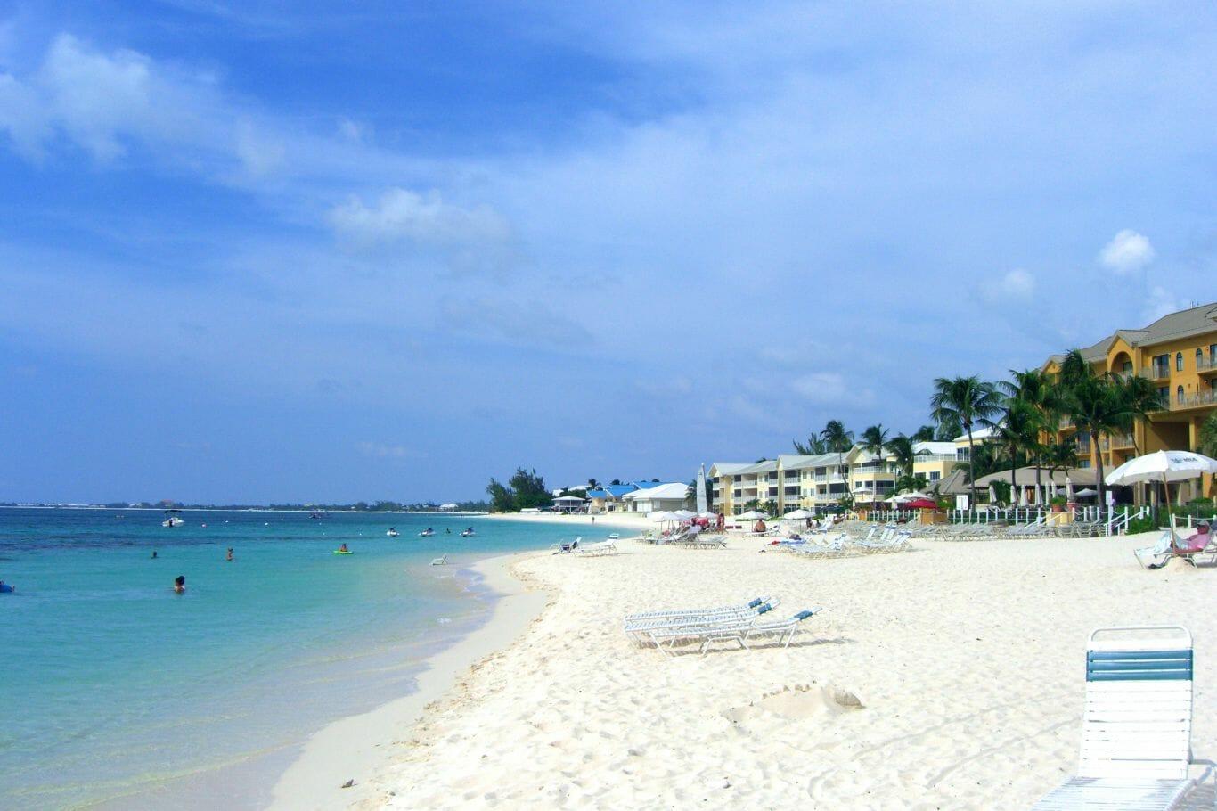Tem vários bares ao longo da praia e com preços diversos