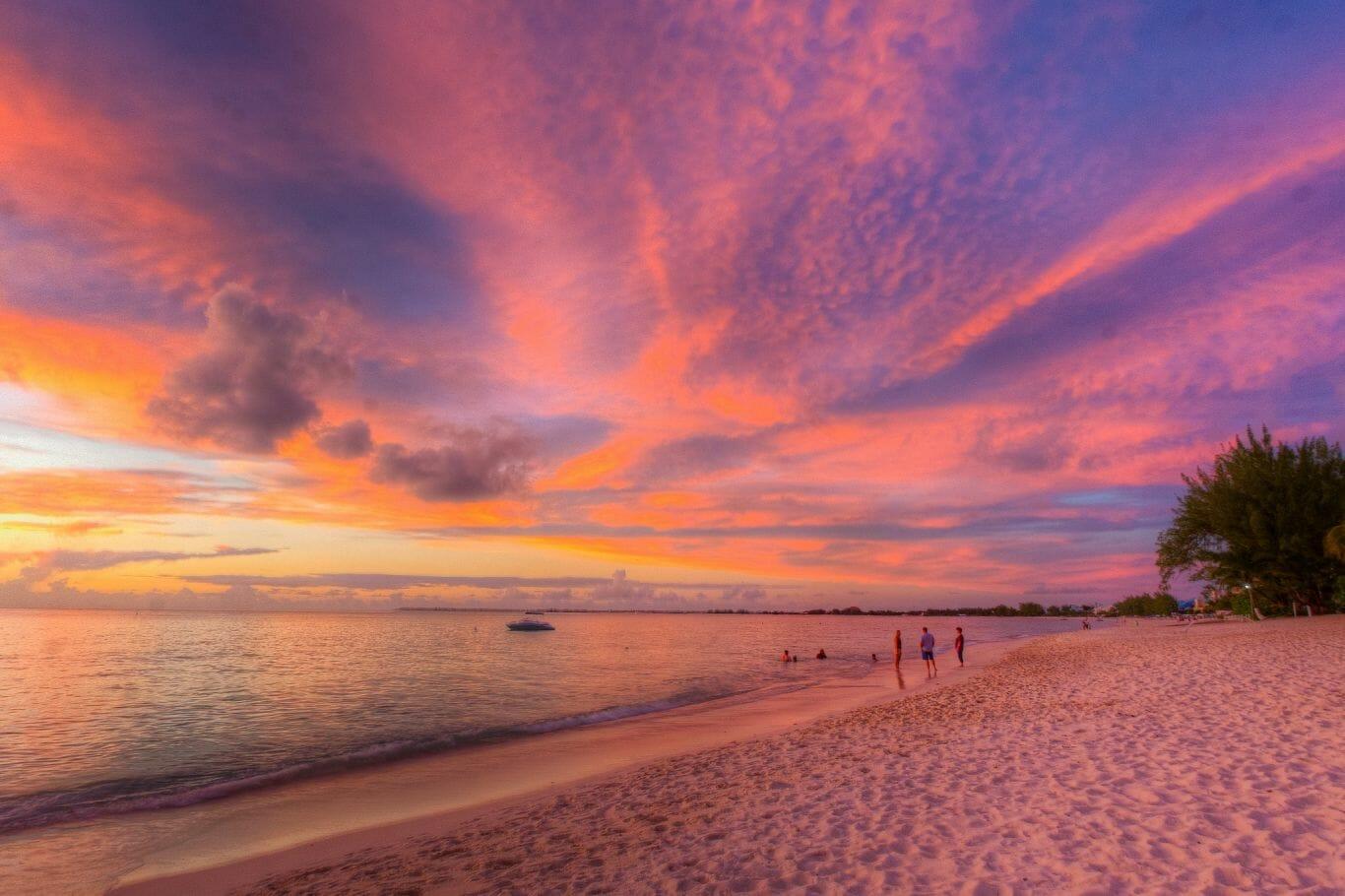 Seven Mile Beach é uma praia lindíssima, areia branca e mar turquesa