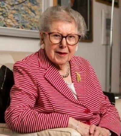 Ex-assessora de políticos britânicos explica por que, aos 91 anos, decidiu se assumir homossexual
