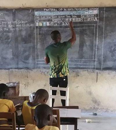 Sem computadores, este professor usa o quadro negro e giz para dar aula de computação