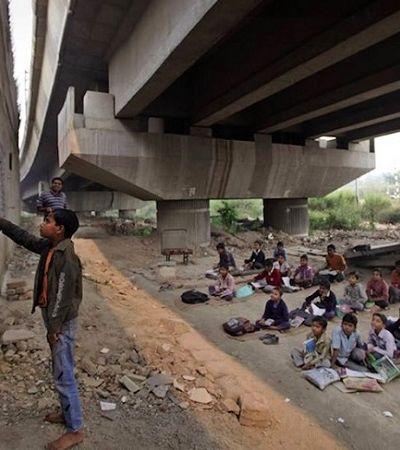 Homem cria escola de graça embaixo de ponte para ensinar crianças pobres de Nova Delhi