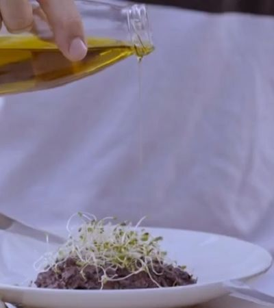 Rodrigo Hilbert inova e ensina duas receitas veganas em seu programa no GNT