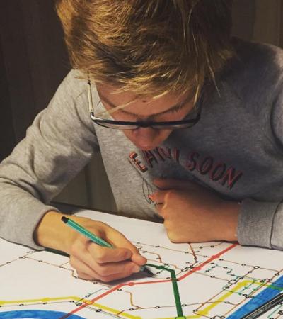 Garoto autista de 13 anos transforma sua obsessão por mapas em negócio e terapia